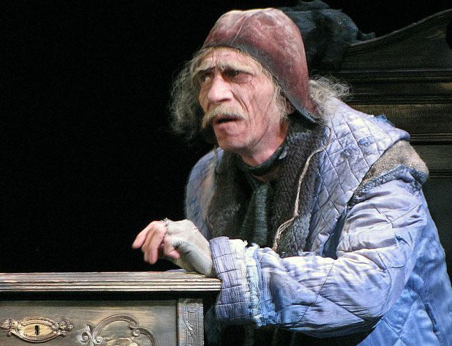 Владимир Бабаев  (Плюшкин) в спектакле Таганрогского театра, фото Веры Волошиновой
