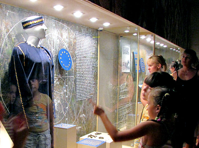 У витрины с золотыми украшениями в Ростовском Краеведческом музее, фото Веры Волошиновой