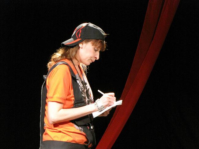 Светлана Лысенкова (Дороти) в спектакле Крик за сценой Ростовского Молодежного театра, фото Веры Волошиновой