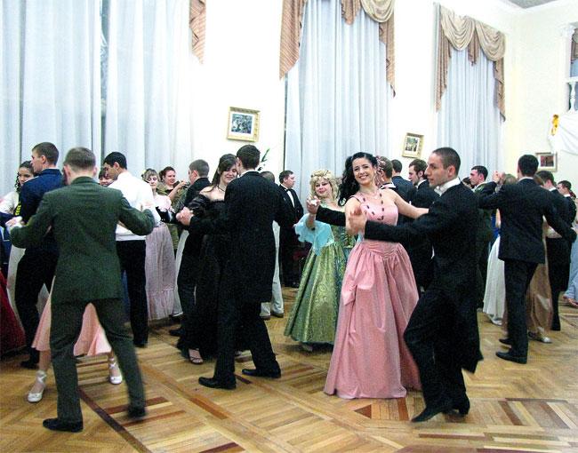 Студенческий бал в Ростове-на-Дону, в розовом платеь - королева бала Алиса Кирьязиева, фото Веры Волошиновой