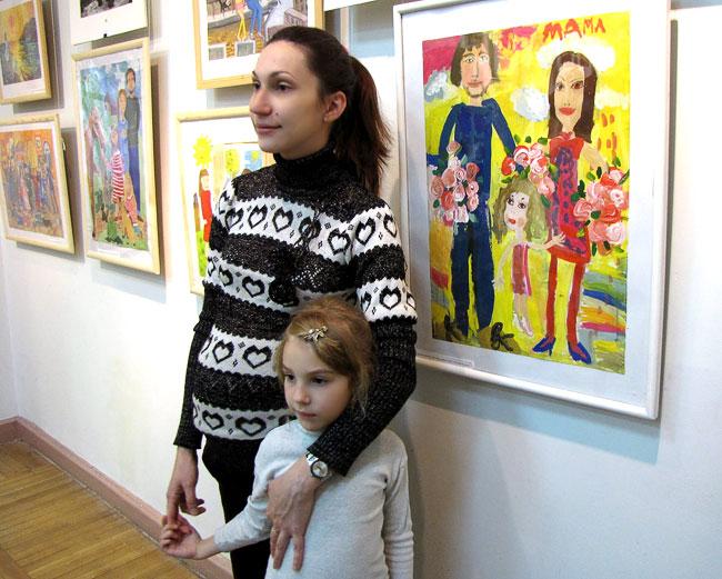 Моя семья Цыганок Женя - автор с мамой, выставка в Детской художественной галерее Ростова-на-Дону, фото Веры Волошиновой