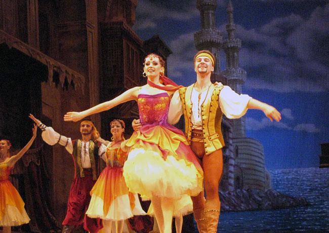 Полина Гусева и Иван Тараканов, балет Корсар в Ростовском музыкальном театре, фото Веры Волошиновой