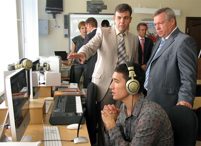 1 сентября 2011 года в ростовской школе-интернате № 28. Губернатор Ростовской области Василий Голубев и директор школы Юрий Комаров