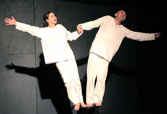 Оксана Ряснова и Александр Перевалов в спектакле Шахтинского театра Любоф-ф-фь?