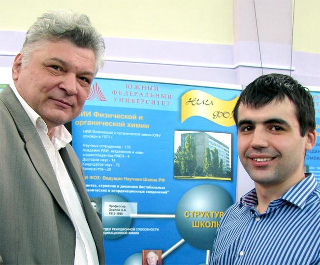Александр Водяник и Сергей Борисенко у стенда, рассказывающего о сверхкритических технологиях