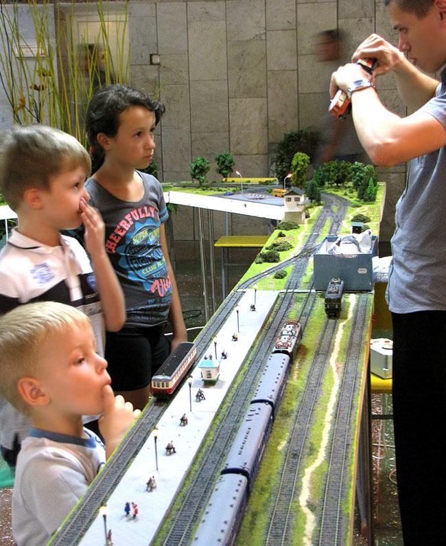 Дети у макета железной дороги, Северо-Кавказская детская железная дорога