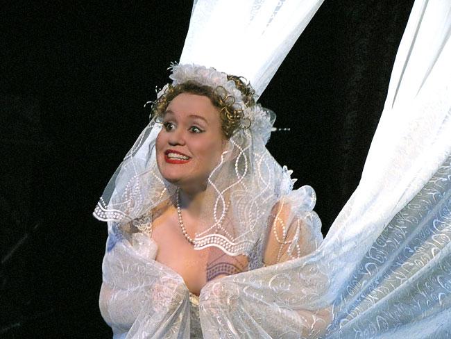 Олеся Агрызкова Проня в спектакле За двумя зайцами Новошахтинского театра