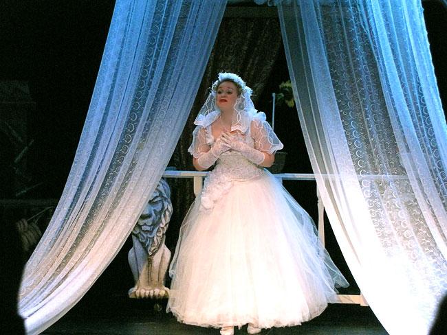 Олеся Агрызкова в спектакле За двумя зайцами Новошахтинского театра