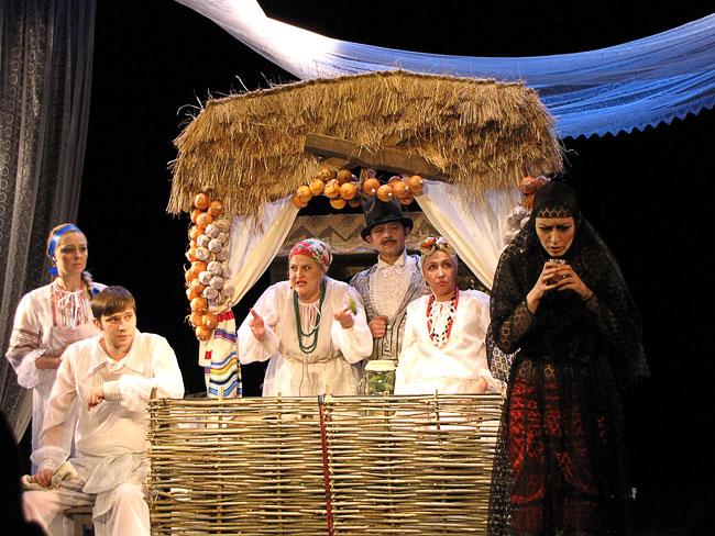 спектакль За двумя зайцами Новошахтинского театра