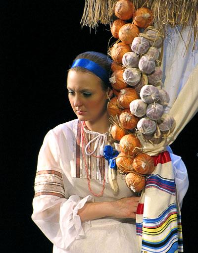 Мария Третьякова в спектакле За двумя зайцами Новошахтинского театра