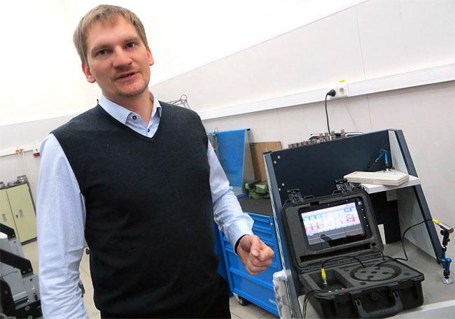 Олег Полушкин и прибор, который позволяет балансировать роторы, не снимая их с машины или станка.