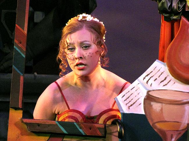 Мария Баннова (Параша) в спектакле Мавра и Маддалена Ростовского музыкального театра