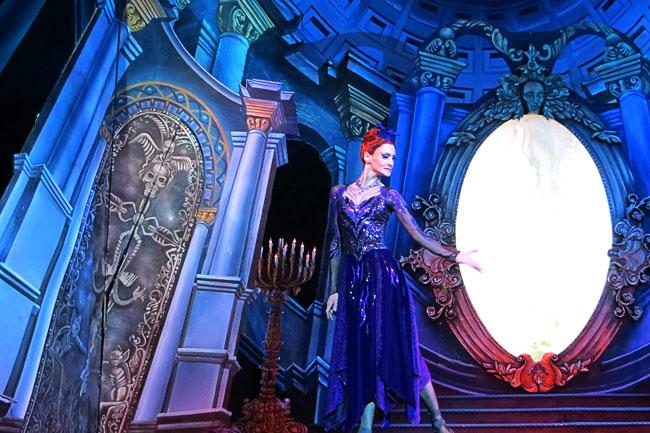 Королева (Мария Лапицкая) в балете Белоснежка и семь гномов Ростовского музыкального театра