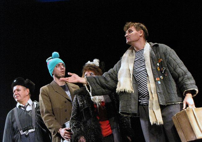Сцена из спектакля Оркестр Титаник Ростовского Молодежного театра