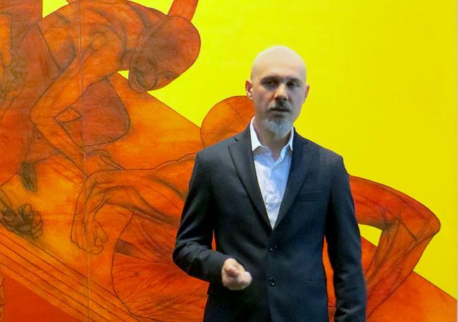 художник из Краснодара Игорь Моисеенко на фоне своей работы Лодка
