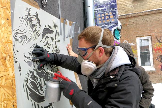 Cтрит-арт художник Тим Оссеге