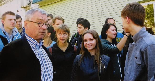 "академик Геннадий Матишов со студентами на базе ""Кагальник"""