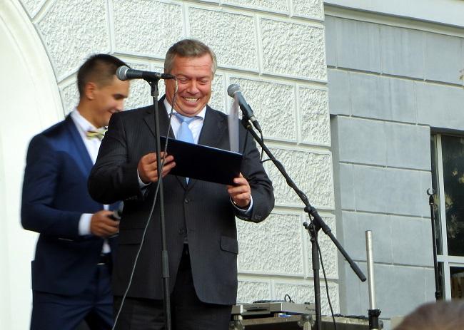 врио губернатора области Голубев с почетной зачеткой
