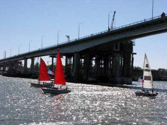 три яхты и мост на Дону