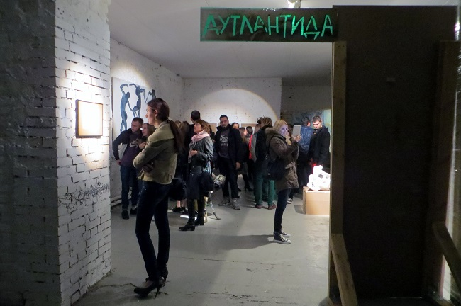 "у входа на выставку ""Клуб ""Аутлантида"""