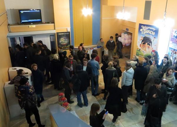 очередь в фойе ростовского Дома кино