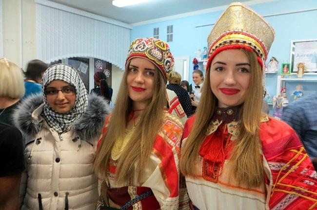 русские девушки и девушка в хиджабе