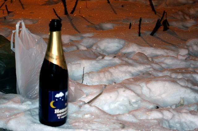 бутылка на снегу