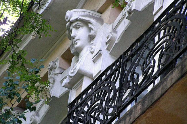 балкон с решеткой в стиле модерн