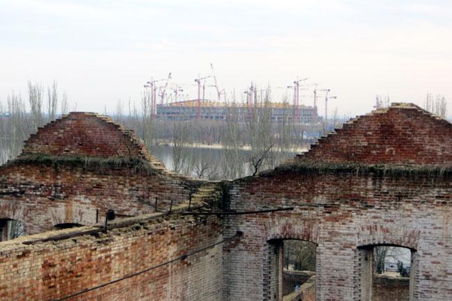 вид на стадион через пилообразный фасад Парамоновских складов