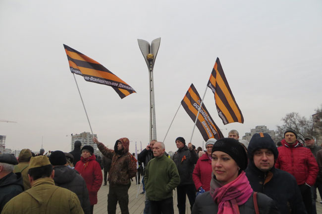 флаги у стелы