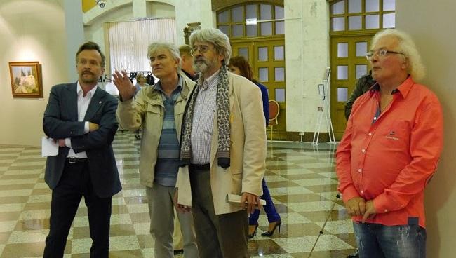 посетители выставки - в центре Сиденин