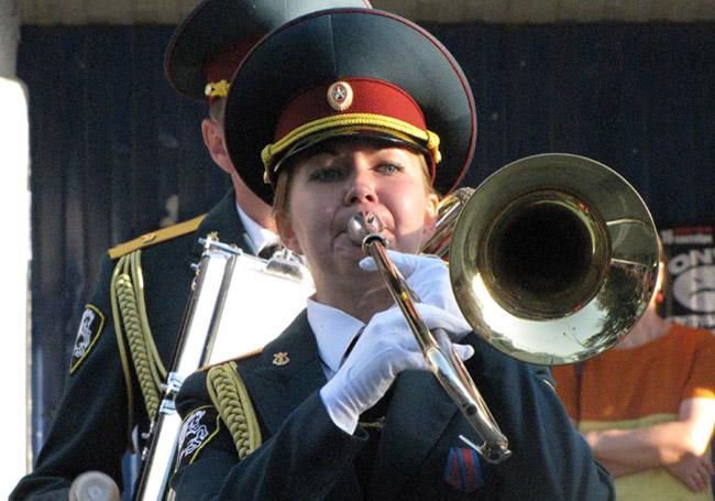девушка трубач