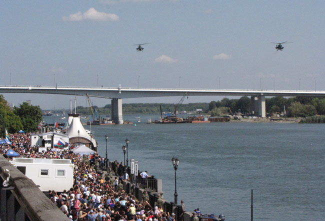 два-вертолета-мост-и-зрител