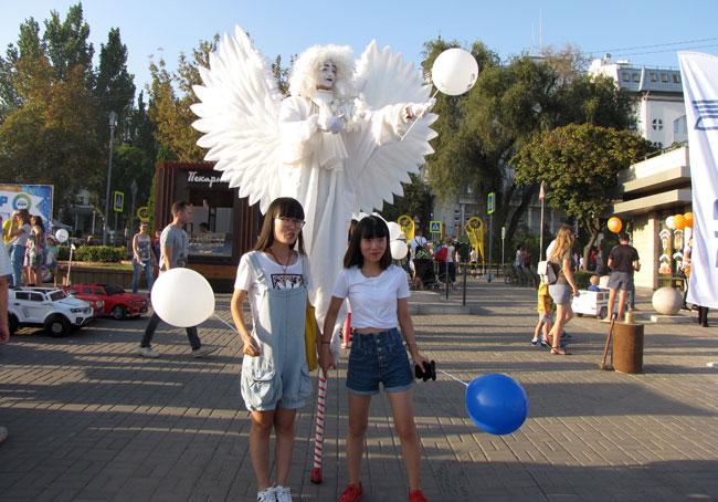 китайцы-и-ангел-на-набережн
