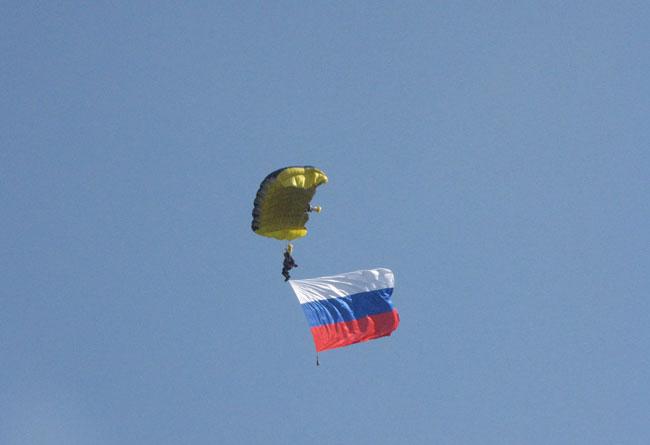 парашютист-с-флагом-России