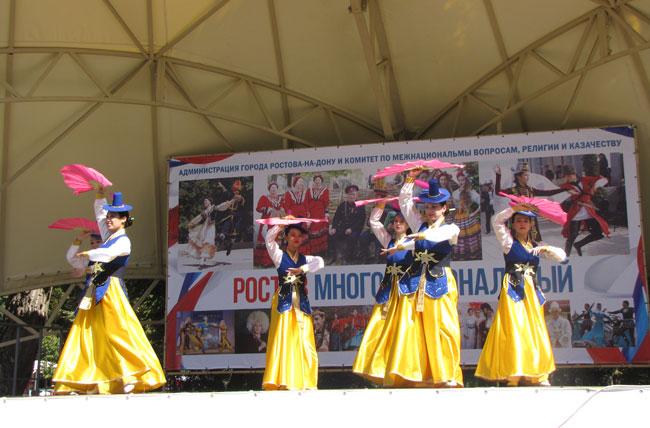 танцует-корейский-ансамбль-