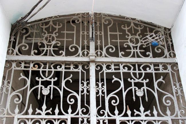 Инициалы-Гаваллы-на-воротах