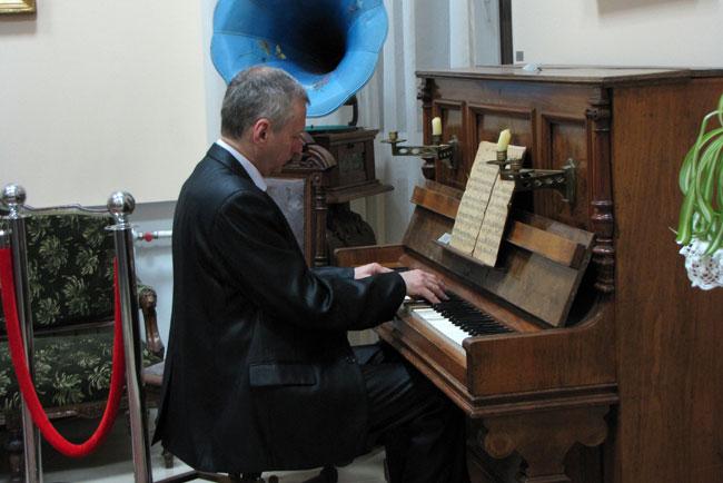 Пианист-Сергей-Алехин-играе
