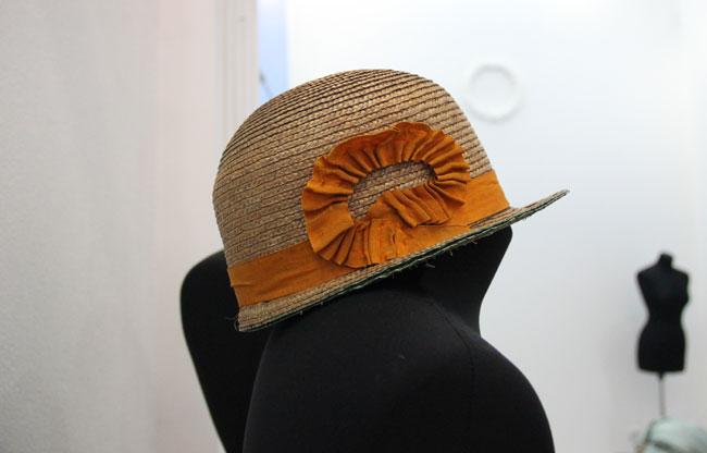 шляпка-желтая-на-манекене