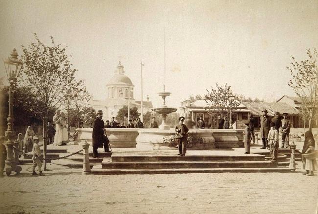Город был тихим и мирным. Площадь графа Льва Толстого