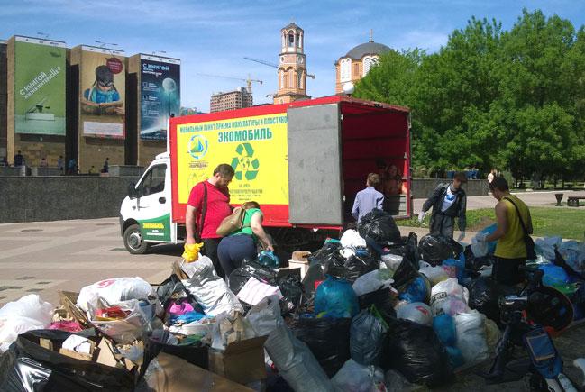 Сбор мусора у ДГПБ в Ростове-на-Дону