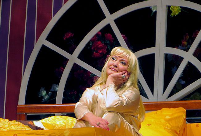 Хэриет-Юлия-Борисова в спектакле по пьесе тДж.Чепмена и Дейва