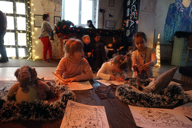 дети,-рисующие-перед-спекта