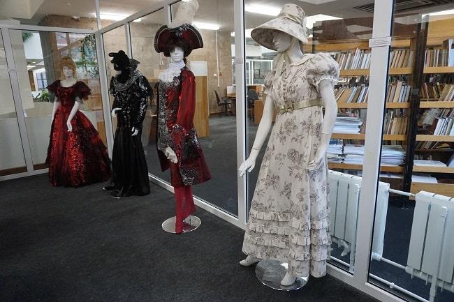 костюмы в библиотеке — копия-min