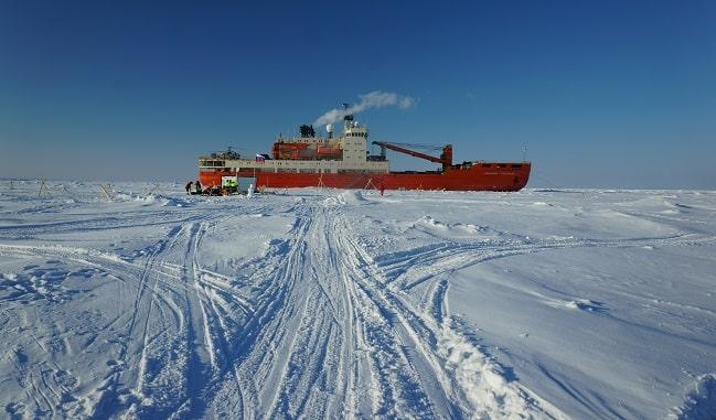 судно Академик Трешников во льдах-min
