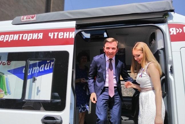Гуськов и Анжелика Корниец директор межцентрб-ки Красносулинского района-min