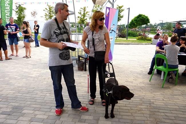 Надежда Леонтьева и ее собака-поводырь на ярмарке-min