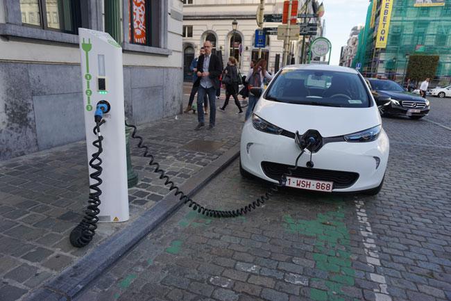 зарядка-электромобиля-на-ул