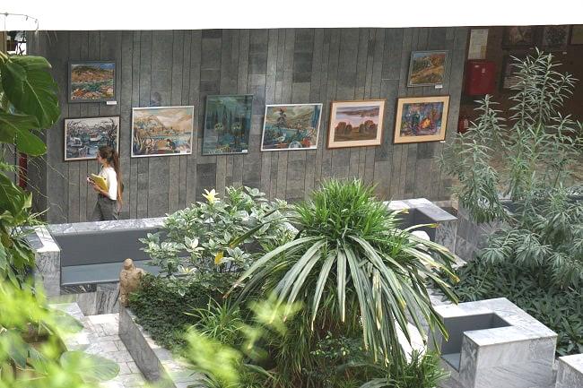 работы художников занимают все этажи библиотеки-min