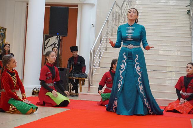 Женский костюм с вышивкой: ткань могла износиться, а вот вышивка - никогда, поскольку состояла из серебряных и золотых нитей